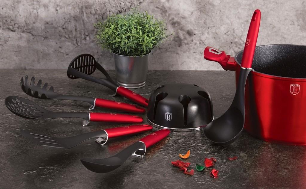 Kuchyňské náčiní a otočný stojan