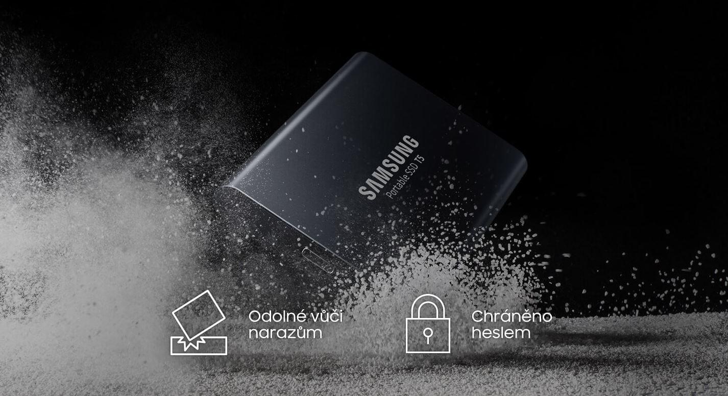 SSD disk dopadajúci na zem