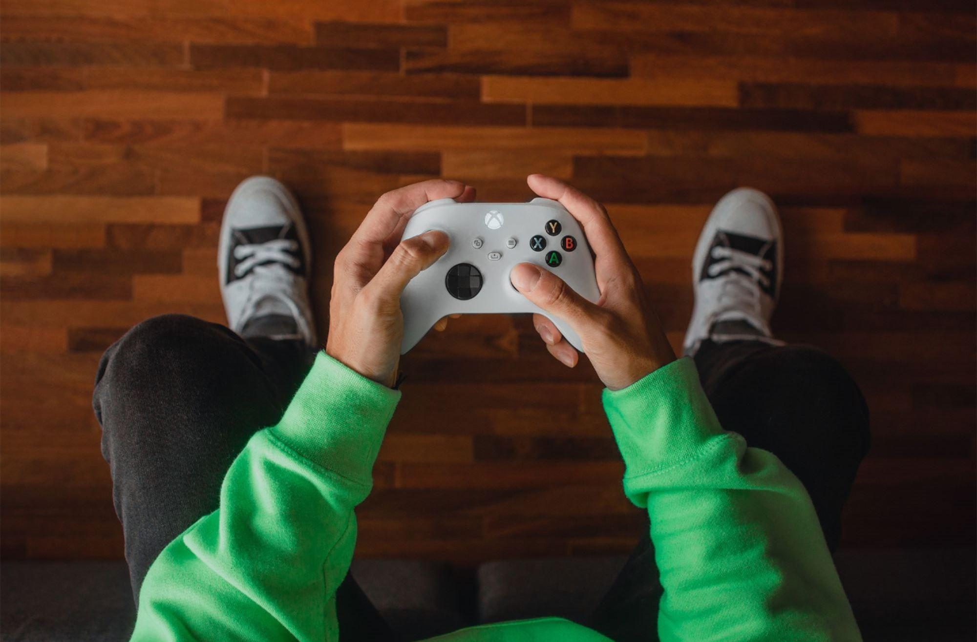 Gamepad Xbox Wireless Controller 4 skvěle padne do ruky díky texturovanému povrchu!