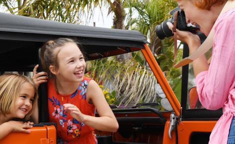 žena fotí 2 usmievajúce deti s digitálnym fotoaparátom Nikon D3500 Black