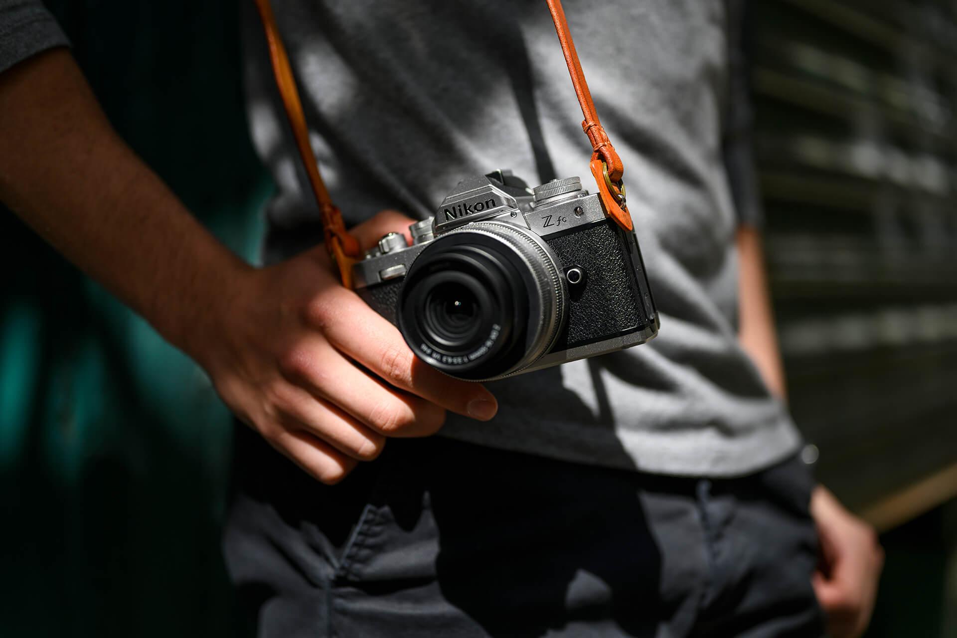 Fotoaparát Nikon Z fc je vyrobený z hořčíkové slitiny a je dodávaný s praktickým popruhem.