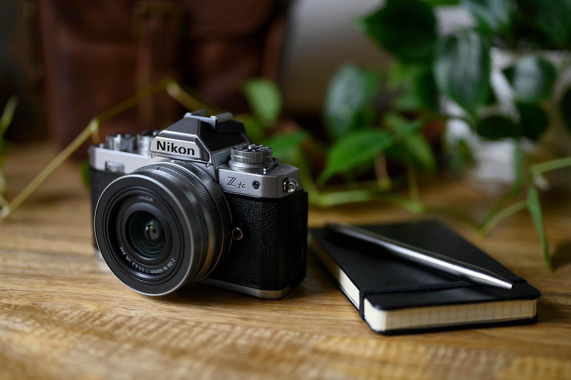 Model Z vychází z oblíbené filmové jednooké zrcadlovky Nikon FM2 z 80. let, od kterého si vypůjčil některé ovládací i designové prvky!