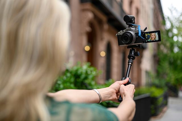 Fotoaparát Nikon Z fc lze připevnit na selfie tyč!