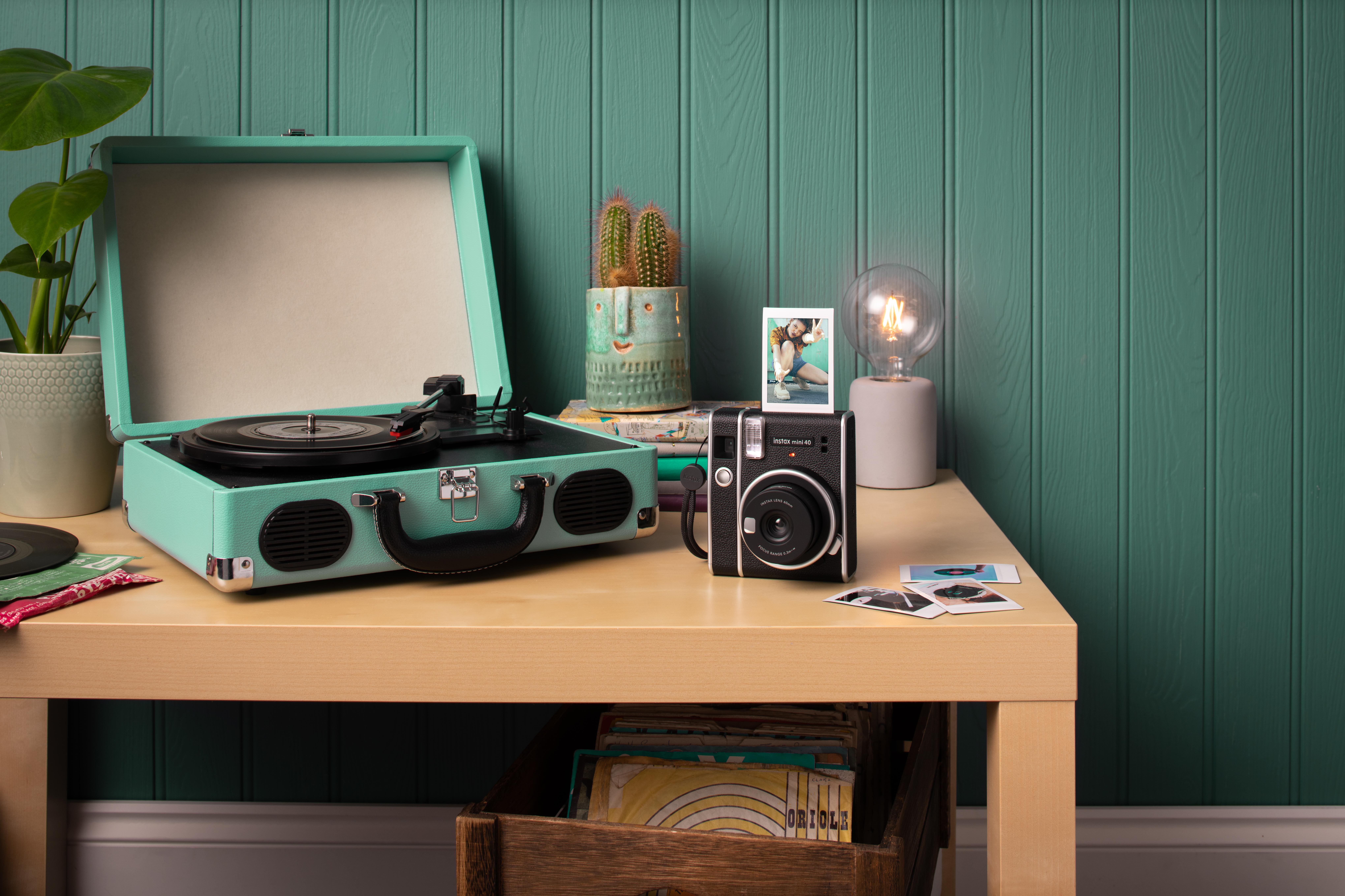 Instantní fotoaparát Fujifilm Instax Mini 40 na stole