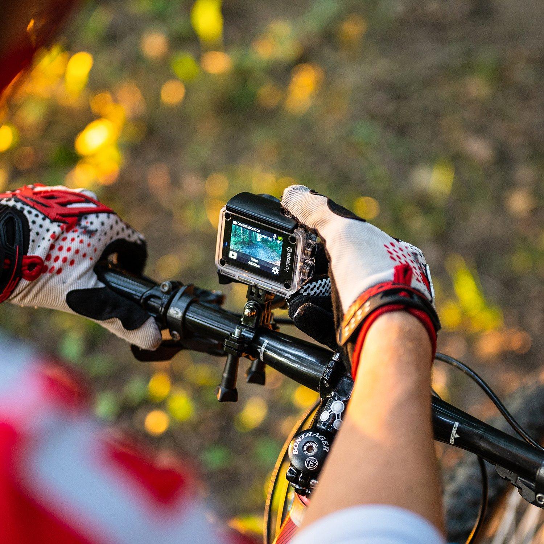 Kamera Niceboy VEGA X na řidítkách kola.