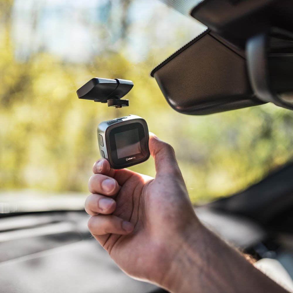 Autokamera Niceboy PILOT X + GPS modul s magnetickým držákem na čelním skle.