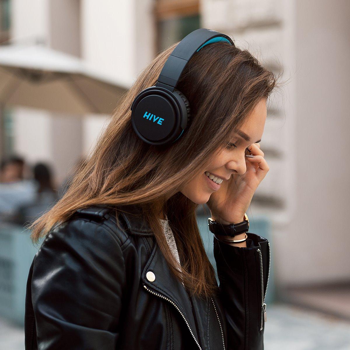 Žena se sluchátky Niceboy HIVE XL 2021 na hlavě