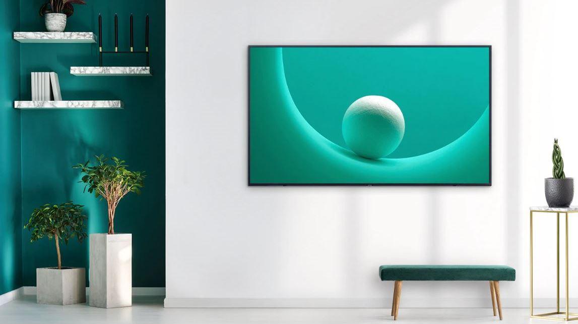 chytrá televize Samsung s tenkým rámečkem zavěšená na stěně pokoje splyne sokolním prostředím