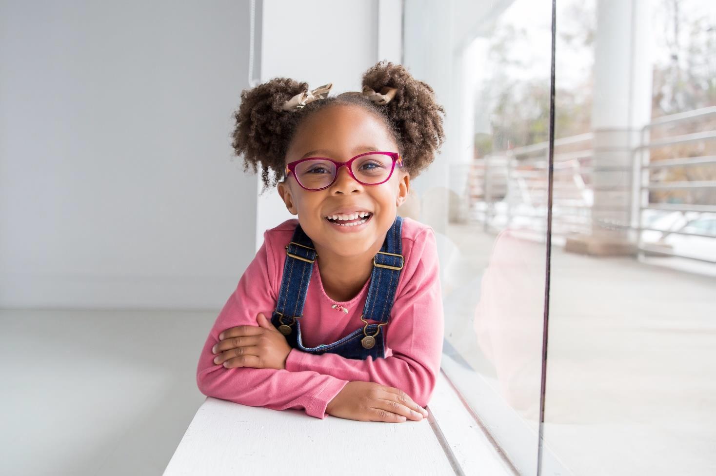 odfotografované malé usmievajúce dievčatko v ružovom svetríku Objektívom TAMRON 35 - 150 mm F / 2.8 - 4 Di VC OSD pre Nikon