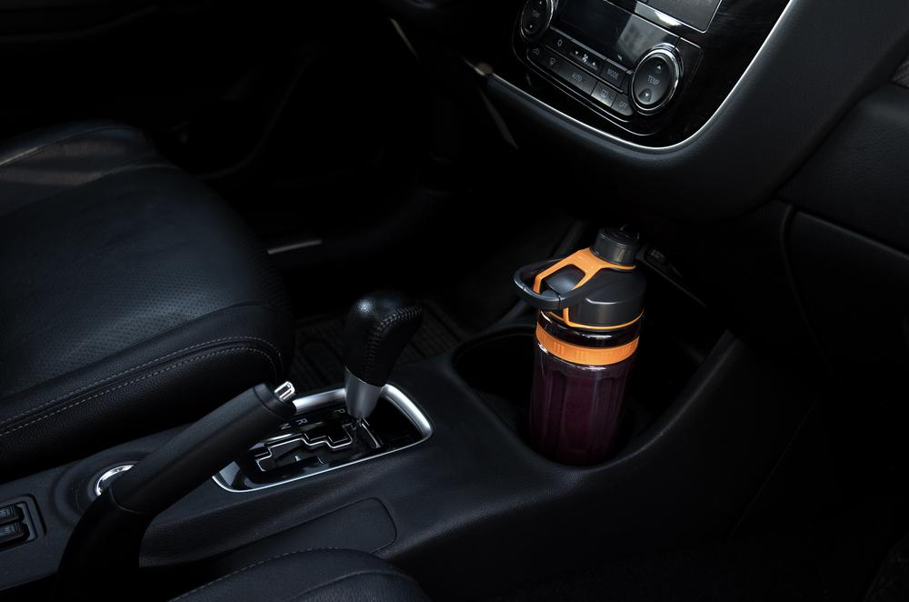 Součástí dodávky je také dvojice 600ml sportovních láhví se vzduchotěsnými uzávěry, které v nápoji udrží všechny živiny a uchovají jeho čerstvost po mnohem delší dobu.