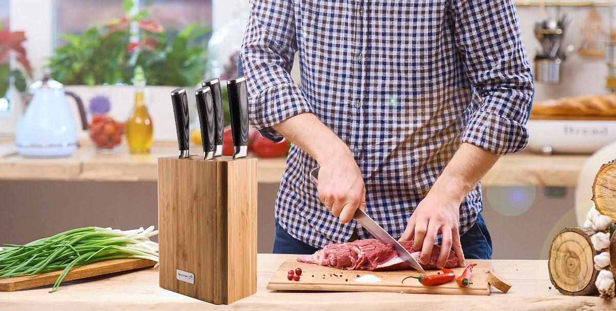 Sada nožů G21 Gourmet Stone v bambusovém bloku v kuchyni