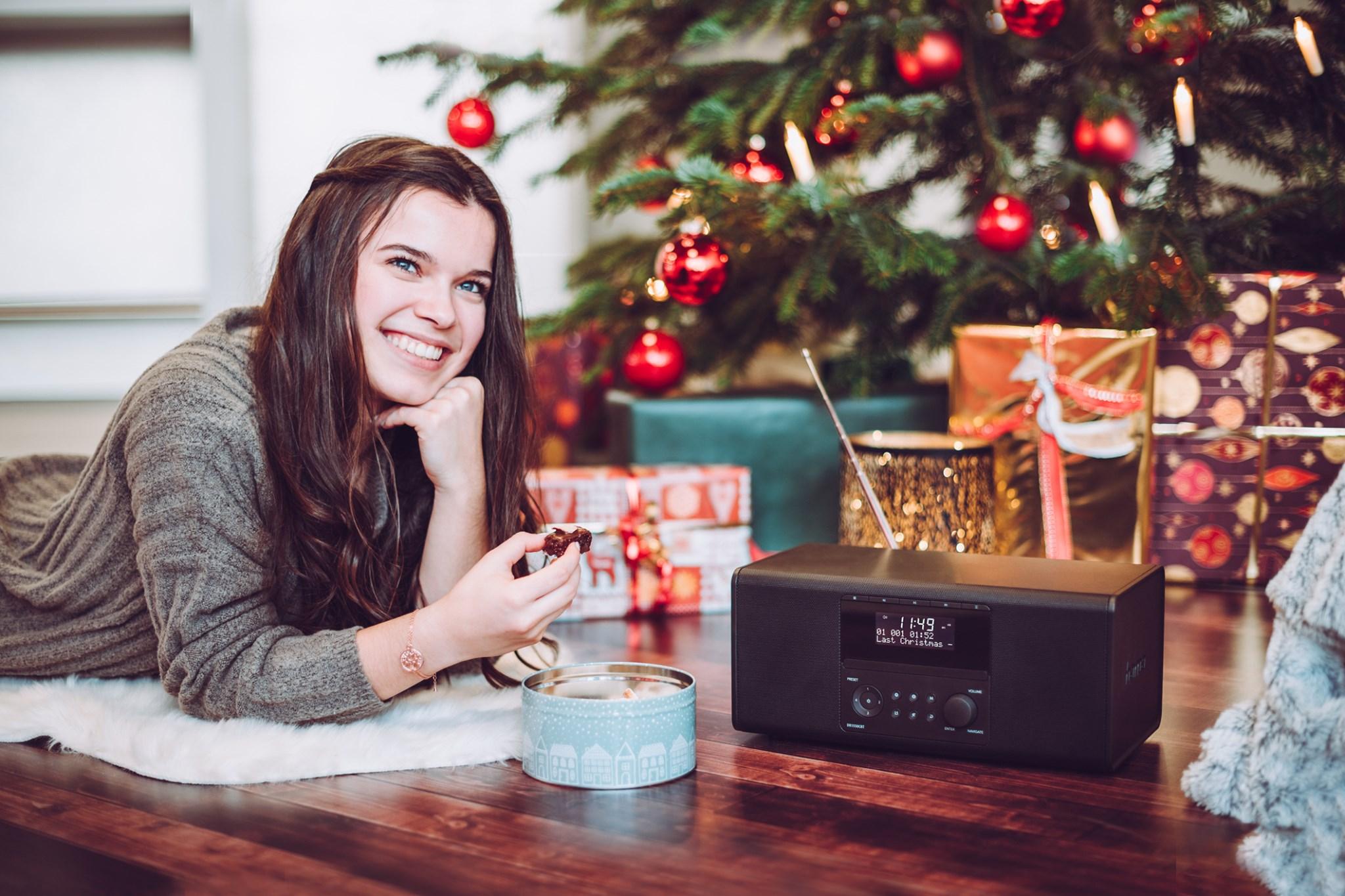 Žena s digitálnym rádiom hama pri vianočnom stromčeku