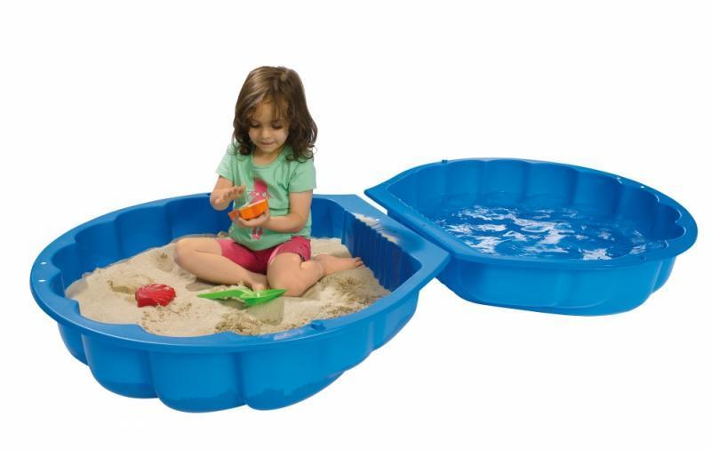 Dievčatko hrajúce si na pieskovisku Big v tvare mušle. Veko naplnené vodou ako bazénik.
