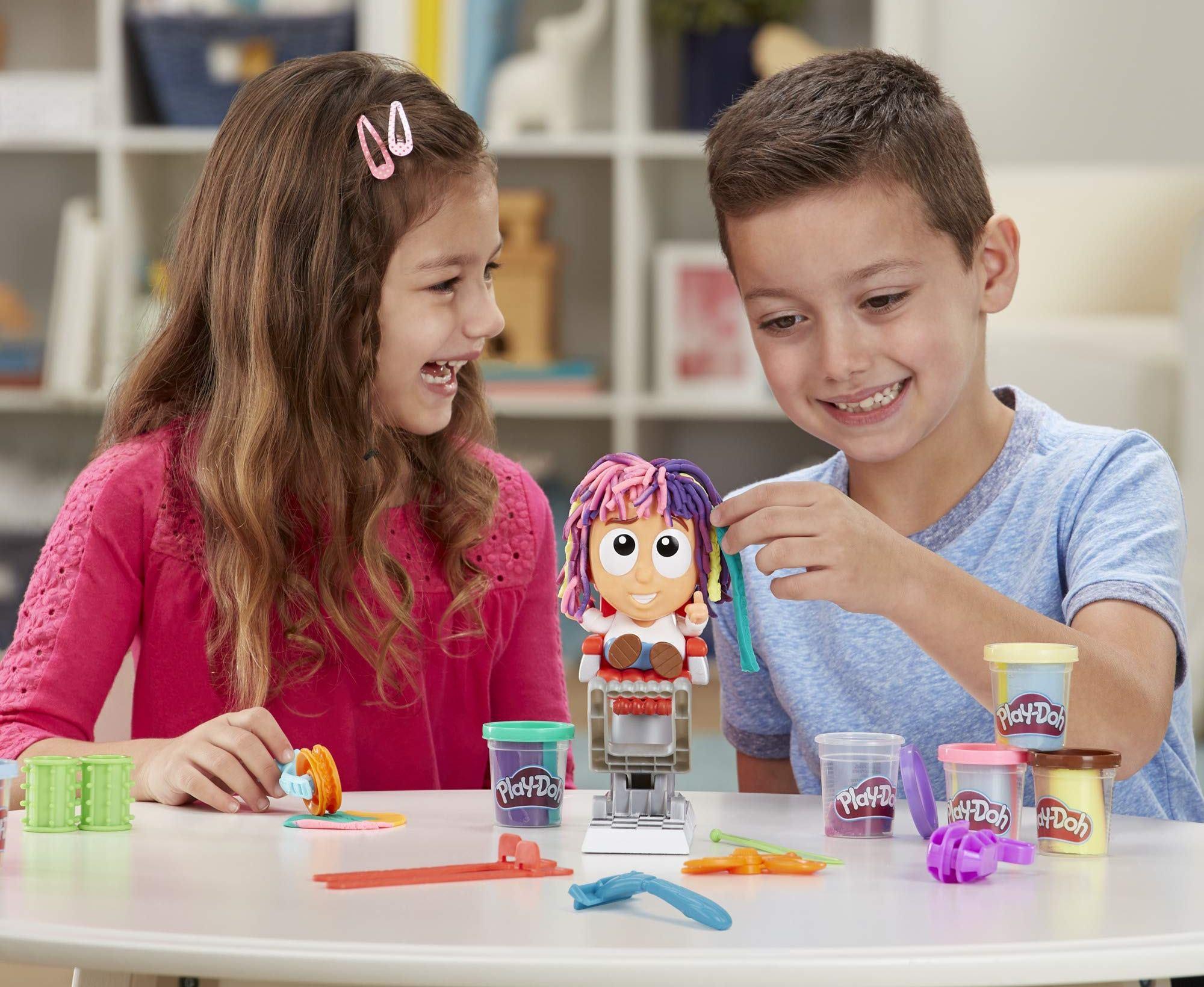 Kreativní modelovací sada Play-Doh Bláznivé kadeřnictví je vhodná pro všechny malé kadeřnice i kadeřníky od 3 let.