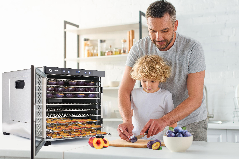 tatínek připravující ovoce k sušení v sušičce G21 Mistral