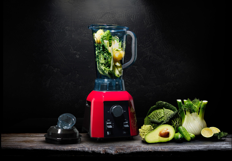 Mixér G21 Perfection se zeleninou připravenou k mixování na dřevěném stole