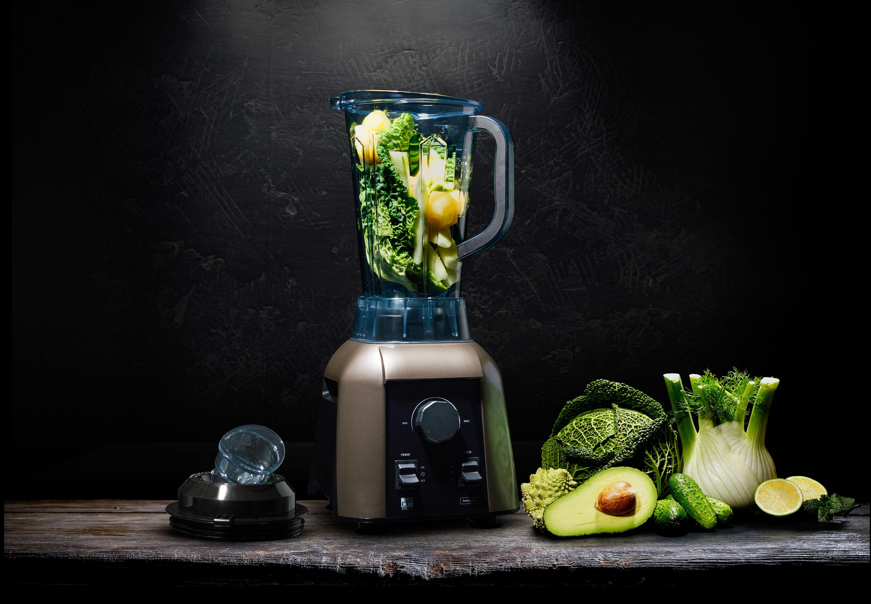 Mixér G21 Perfection so zeleninou pripravenou k mixovaniu na drevenom stole