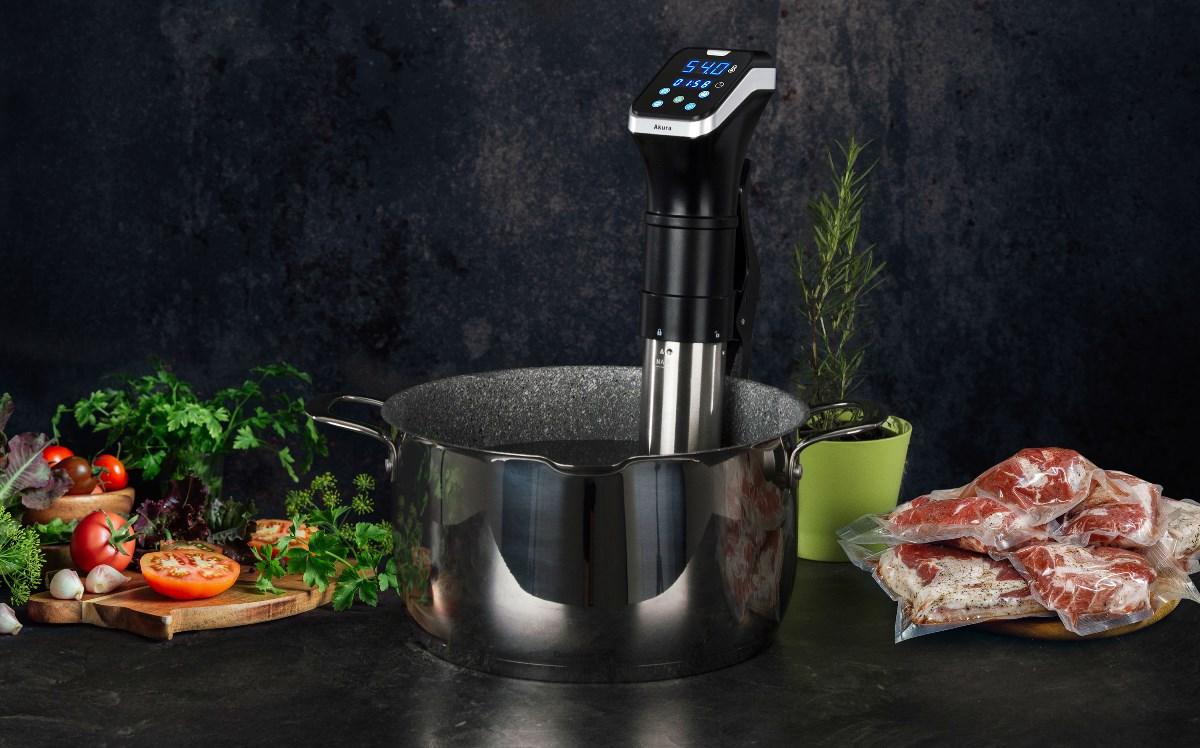 Sous-vide pomalý vařič v hrnci G21 s greblonovým povrchem, maso a ingredience na kuchyňské desce