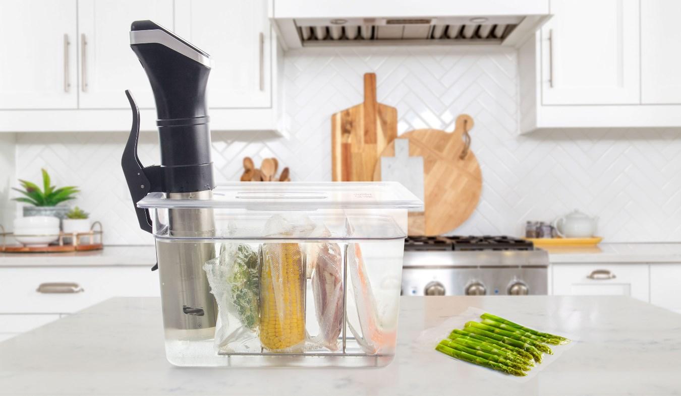 4místný stojan G21 do kontejnerů a nádob pro vaření metodou sous-vide zachová odstup mezi zavakuovanými balíčky s masem a dalšími surovinami.