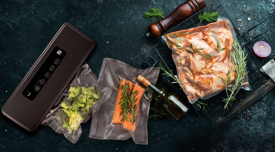 A brokkoli vákuumozása egy G21 Onyx vákuumozó segítségével. Grillezésre kész G21 vákuumzsákban pácolt hús. A lazac G21 vákuumfóliában lévő összetevőkkel a sous-vide főzéshez.