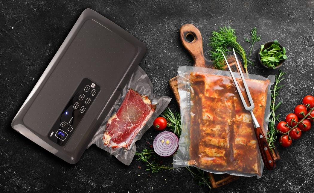 Az elkészített steak porszívózása G21 Onyx vákuumhegesztővel. Grillezésre kész G21 vákuumzsákban pácolt hús.