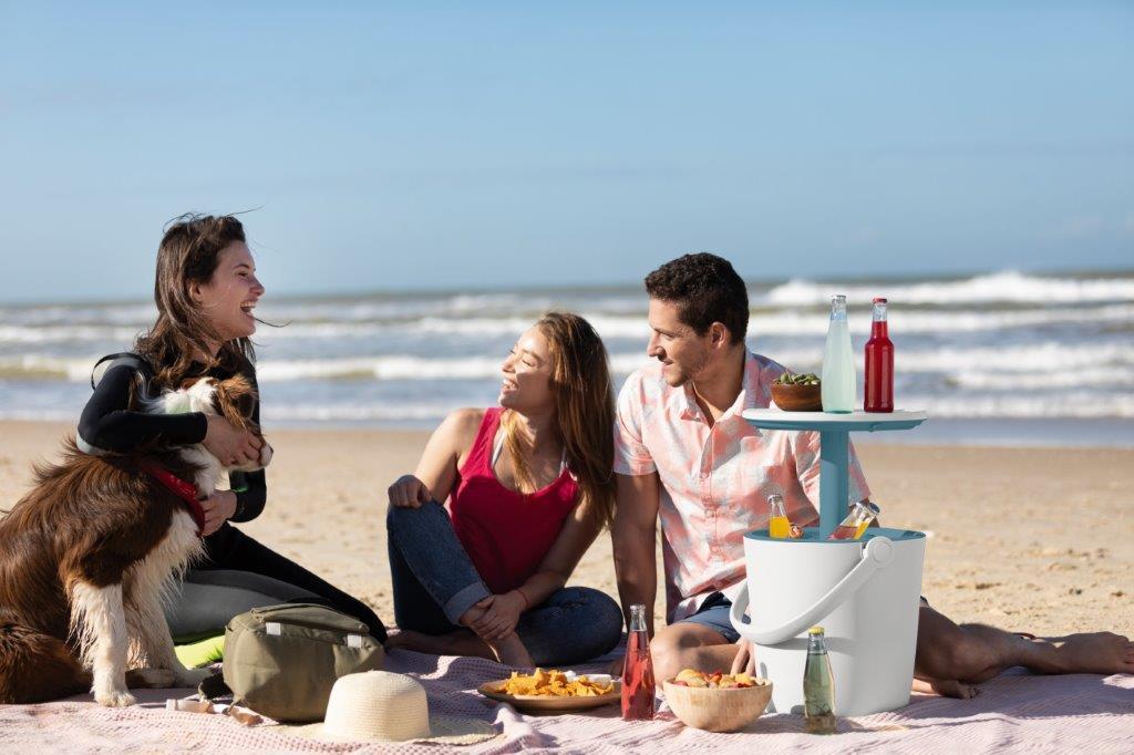 Priatelia na pikniku s prenosným stolíkom a piknik barom Keter GoBar