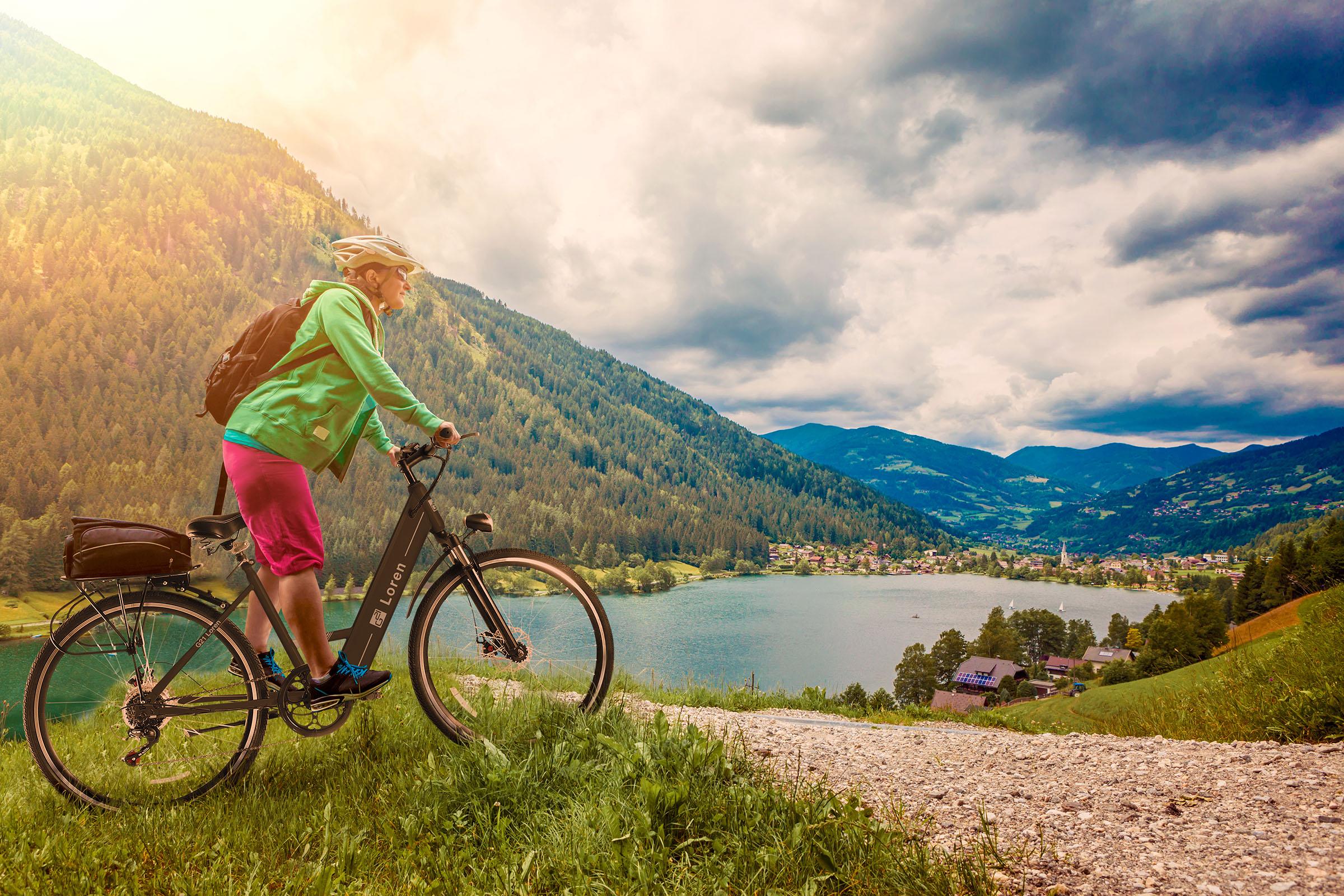 Mestské elektrokolo G21 Loren záber na krajinu a muža na bicykli