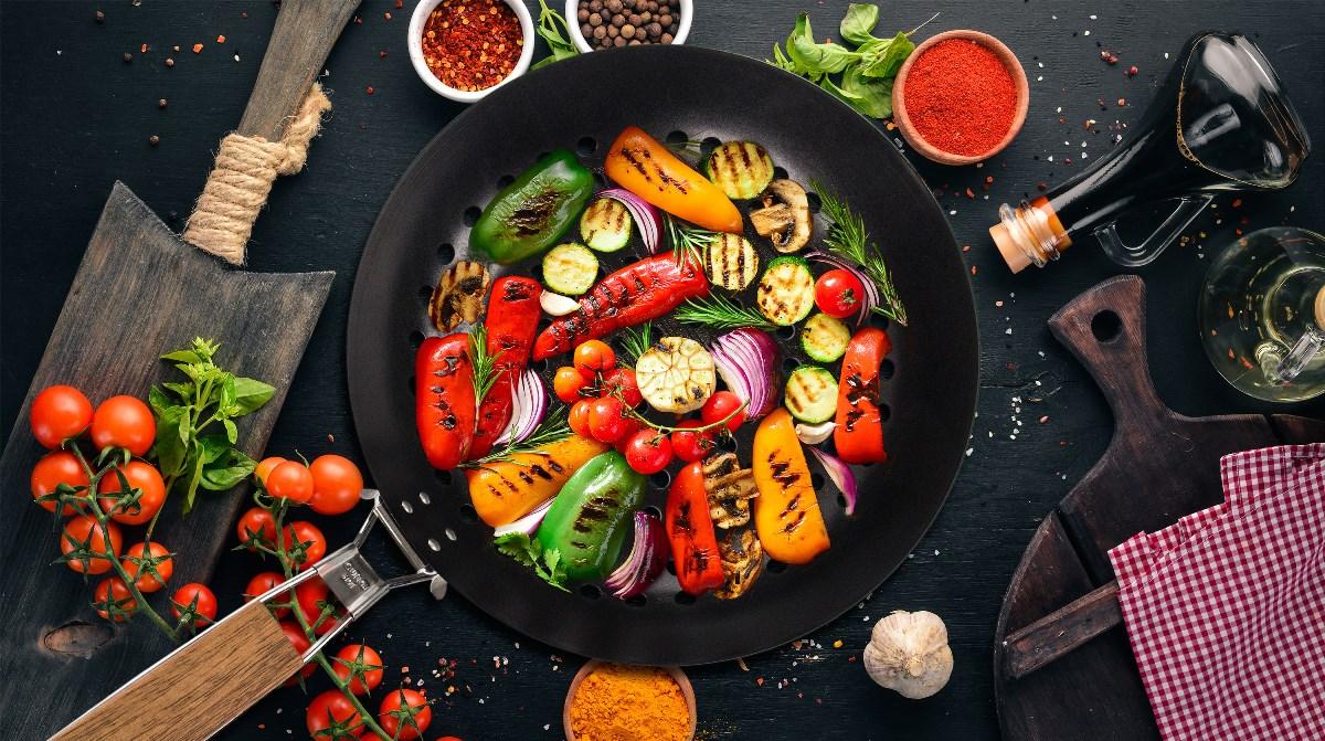 Zelenina grilovaná v kulaté pánvi na grilování G21 s nepřilnavým povrchem a sklopnou rukojetí