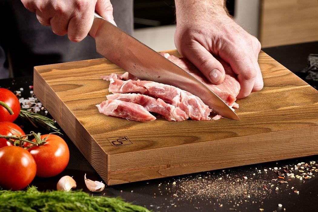 Porcování masa nožem G21 na špalku na maso G21.