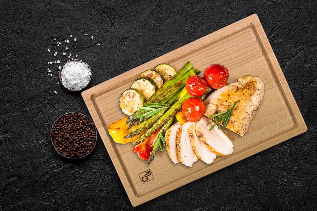 Grilované dobroty na servírovacím prkénku G21. Kuřecí prso, chřest a další zelenina.