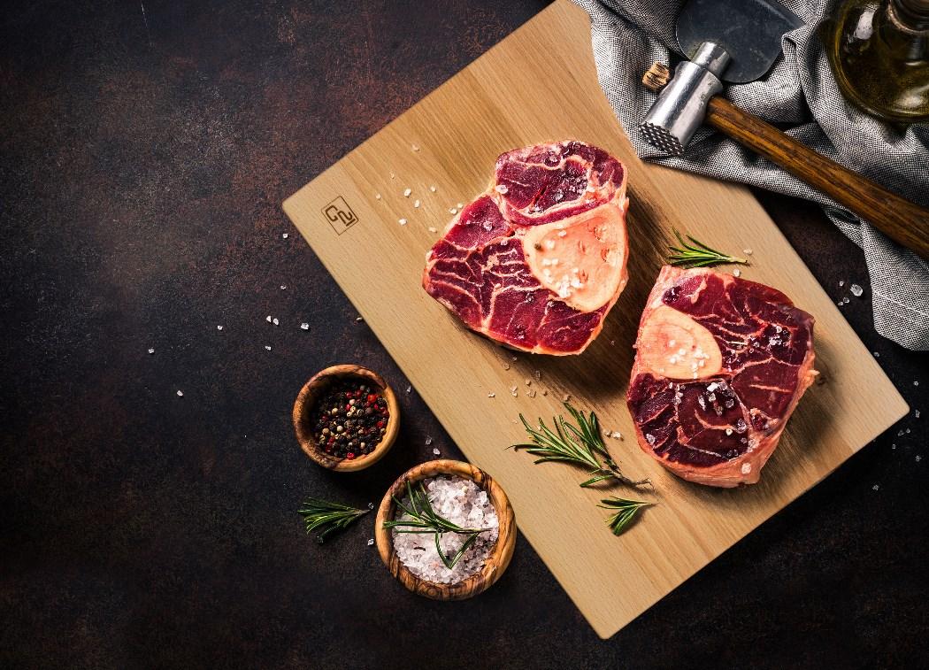 Megfűszerezett steakek a  G21 vágódeszkán.