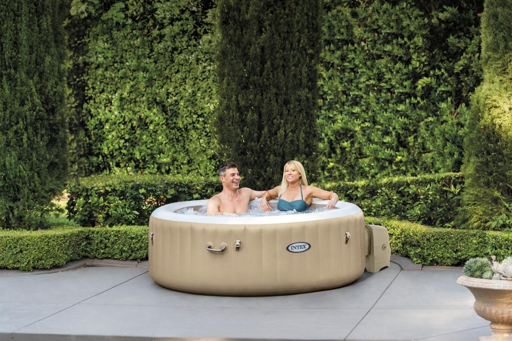 Muž so ženou v nafukovacej vírivke Marimex Pure Spa Bubble HWS