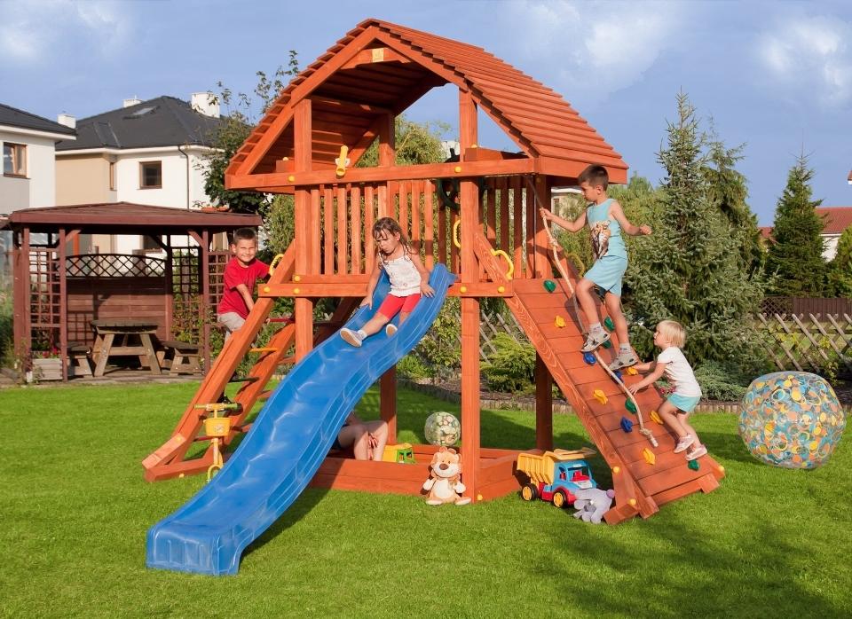 Detské ihrisko Marimex Play 003 s hrajúcimi sa deťmi na záhrade