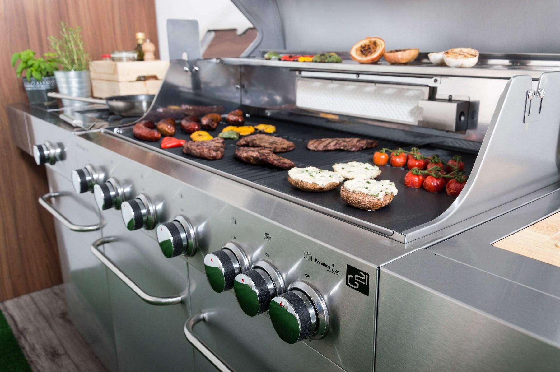 Plynový gril G21 Nevada, BBQ kuchyně s připravovaým jídlem