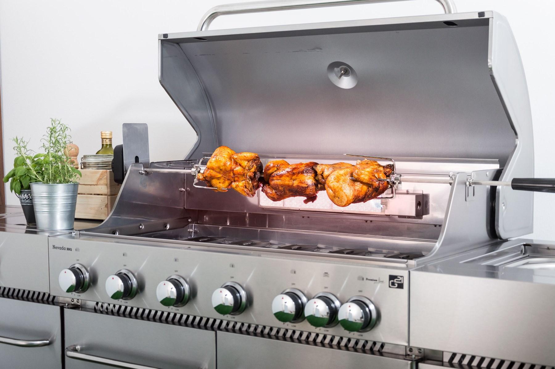 Kuřata grilovaná na jehle s motorem na plynovém grilu G21 Nevada BBQ