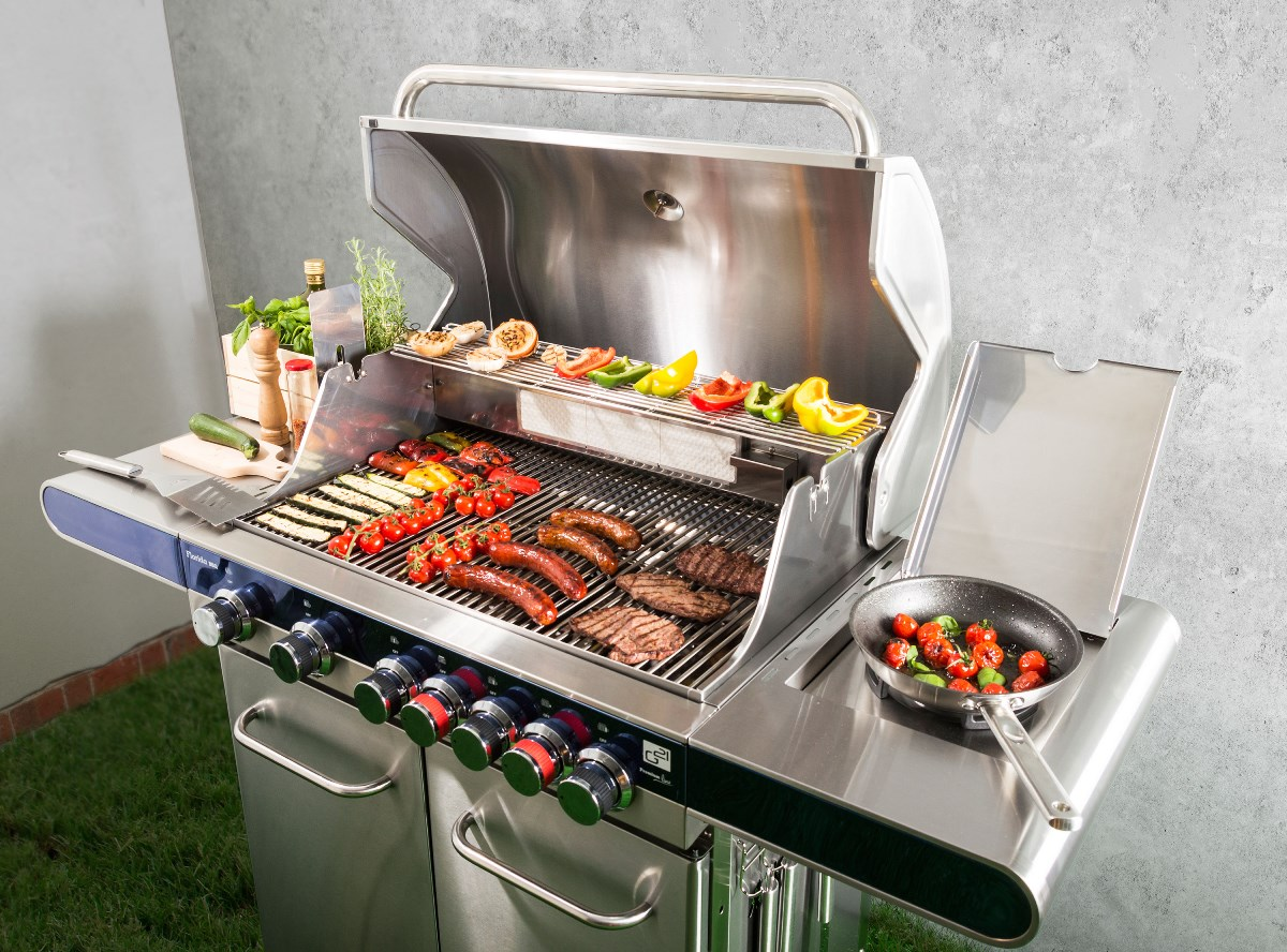Plynový gril G21 Florida BBQ s připravovaným jídlem