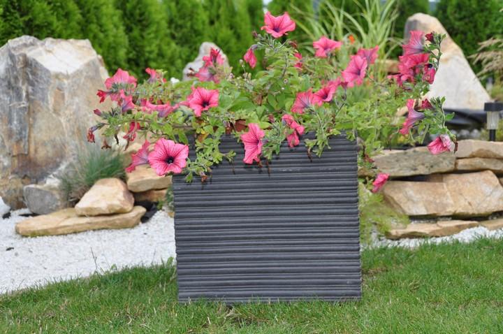 Osadený kvetináč G21 Stone Cube na záhrade