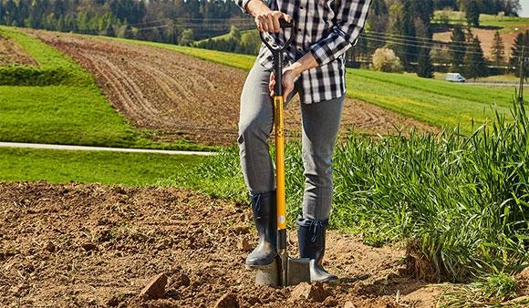muž rýpajúcí pole s rýľom Tornadica