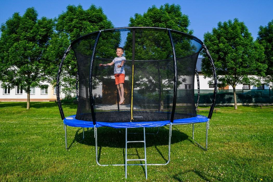 Chlapec skákajúci na trampolíne G21 SpaceJump s ochrannou sieťou.