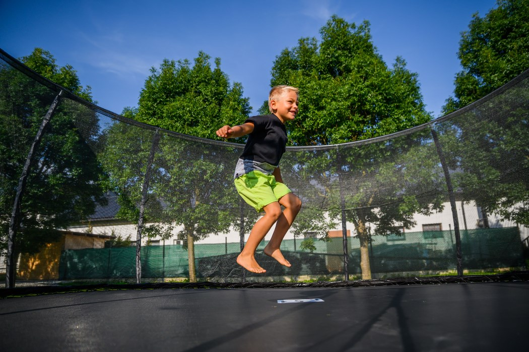 Chlapec skákající na trampolíně G21 SpaceJump s ochrannou sítí