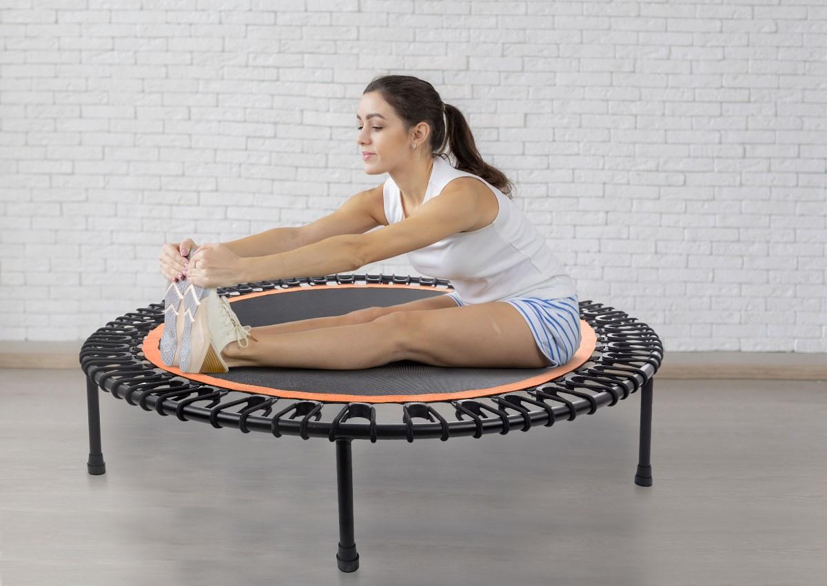 Slečna pri stretchingu na trampolíne G21 MiniJump.