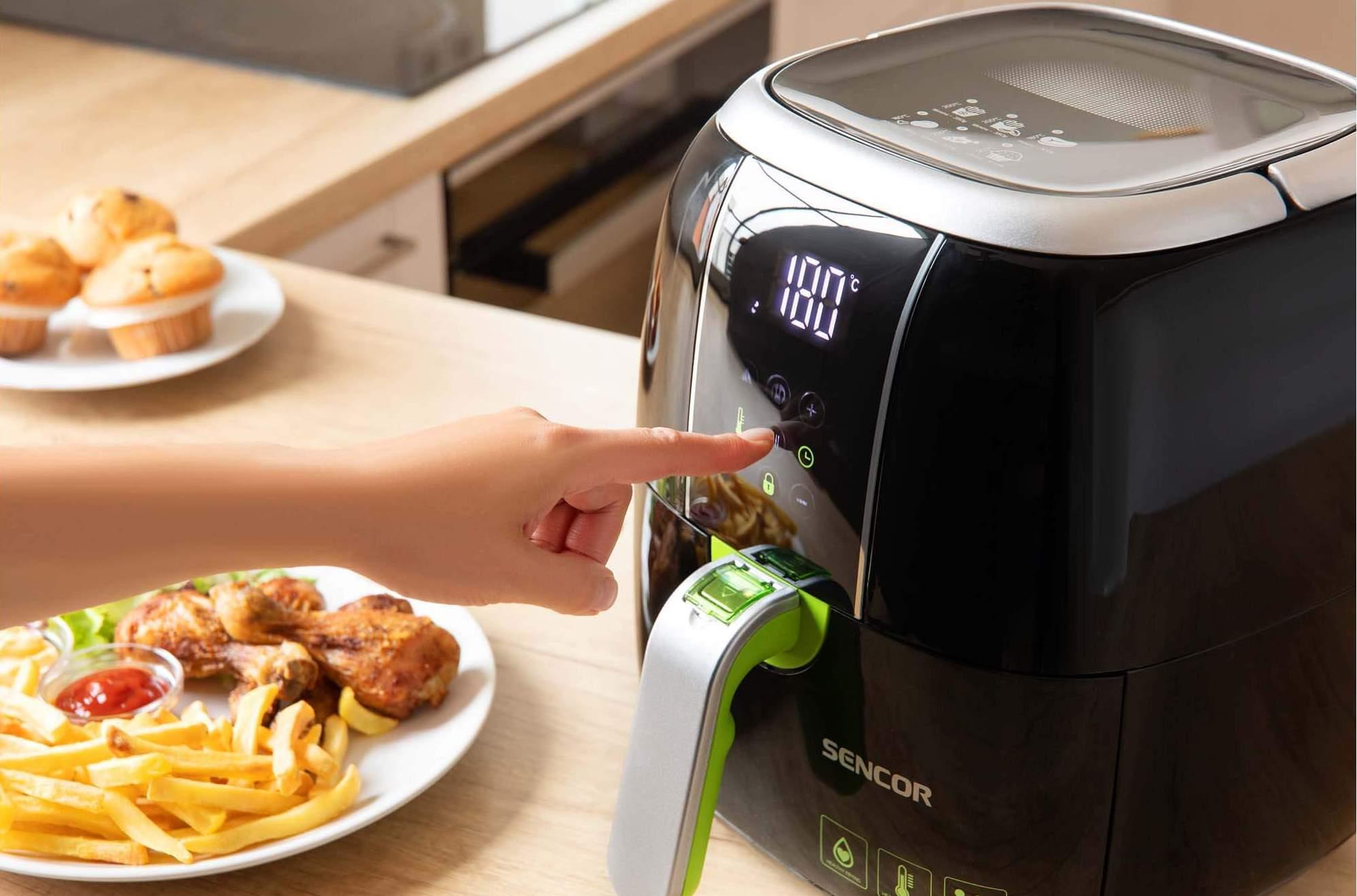 Horkovzdušná fritéza Sencor SFR 5321BK s příkonem až 1400 Wdokáže připravit všechna vaše oblíbená fritovaná jídla bez potřeby jediné kapky tuku či oleje.