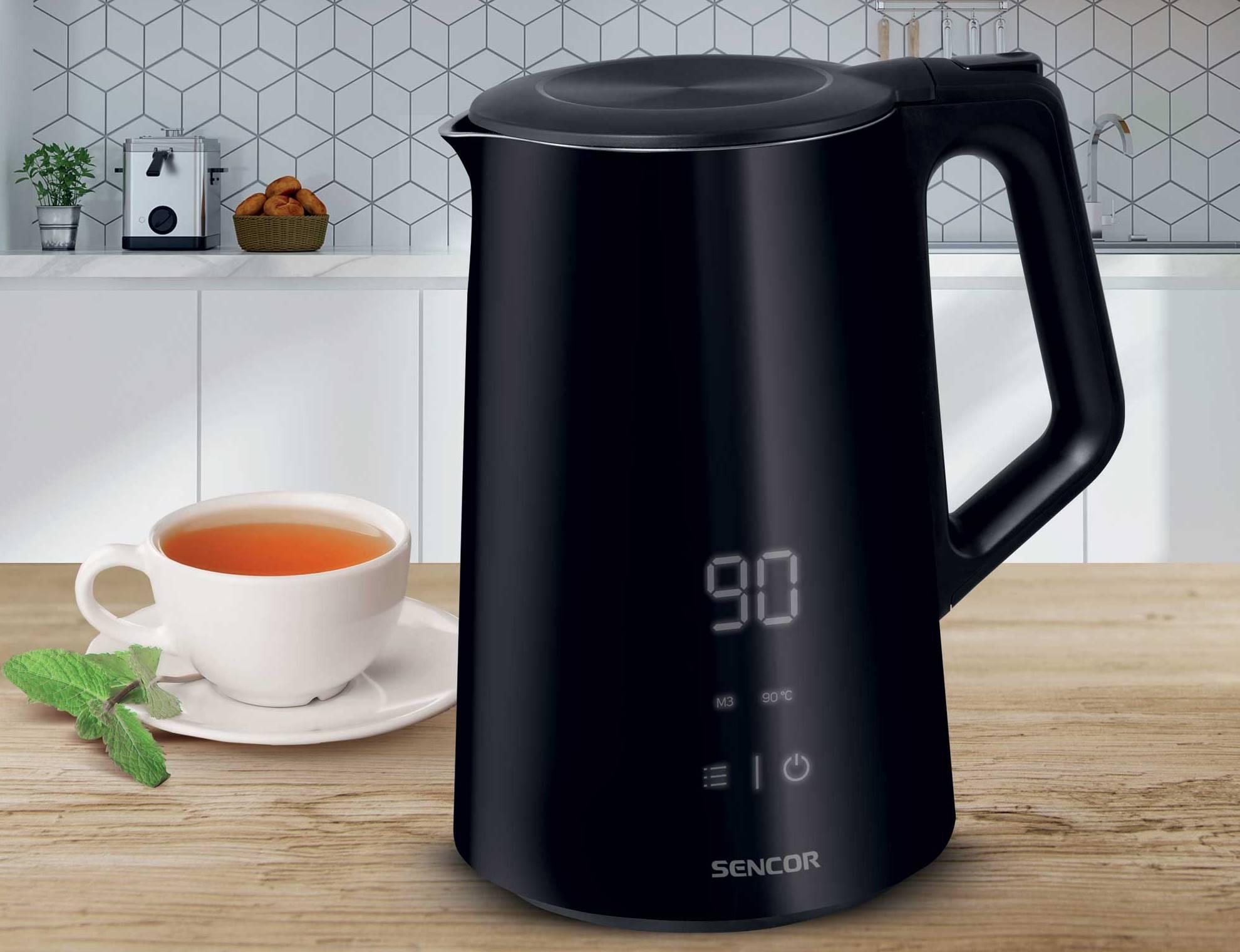 Konvice Sencor SWK 0590BK má 1,5l vnitřní nádobu, což odpovídá přibližně 6 šálkům čaje či jiného horkého nápoje.