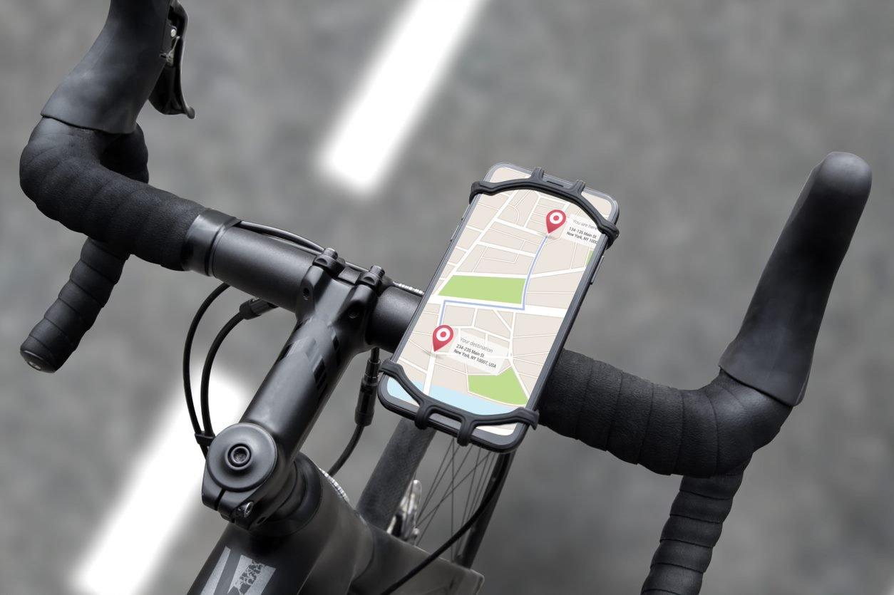 Držák FIXED Bikee pro mobilní telefon na řídítkách silničního kola s telefonem se zapnutou GPS navigací