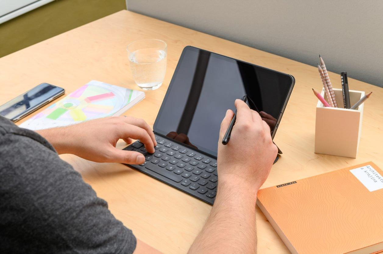 Stylus FIXED Graphite dotykové pero pro iPady s chytrým hrotem a magnety, černý