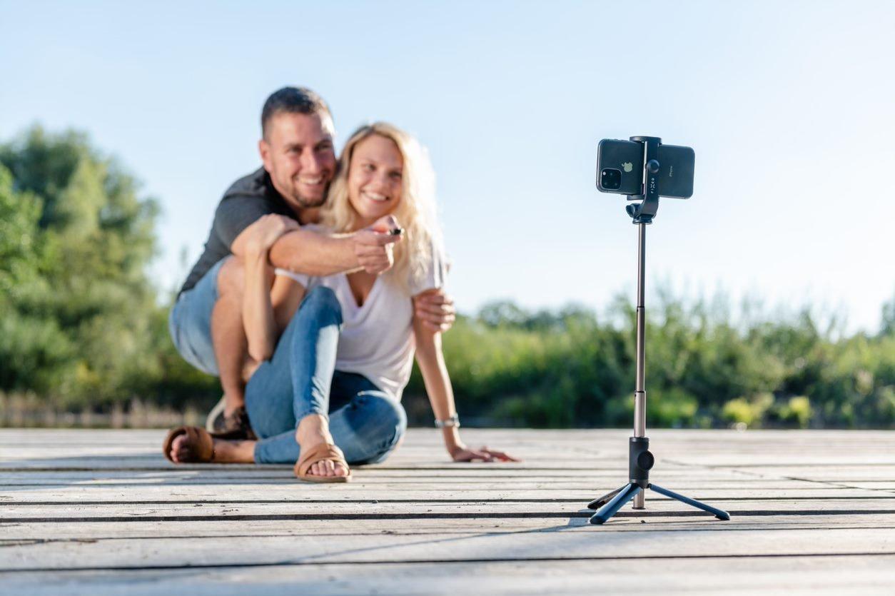 Selfie tyč FIXED Snap s funkcí tripodu.