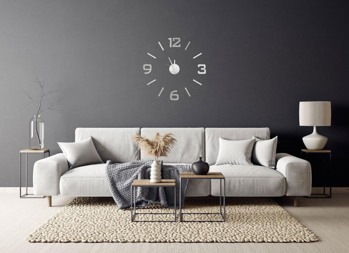 Stříbrné nalepovací hodiny G21 Classic style nad pohovkou na stěně obývacího pokoje