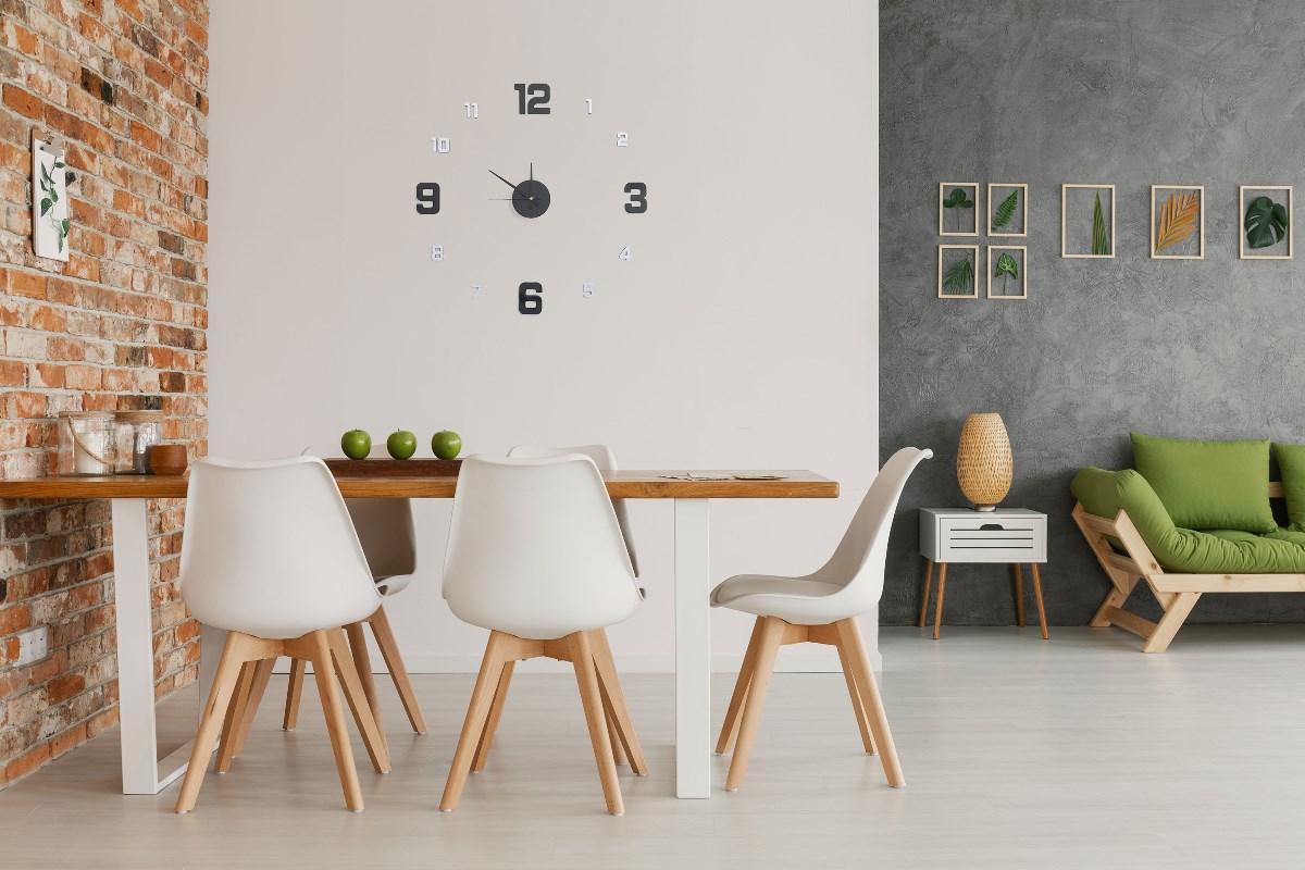 Nalepovací hodiny G21 Metalic style nalepené na stěně nad jídelním stolem